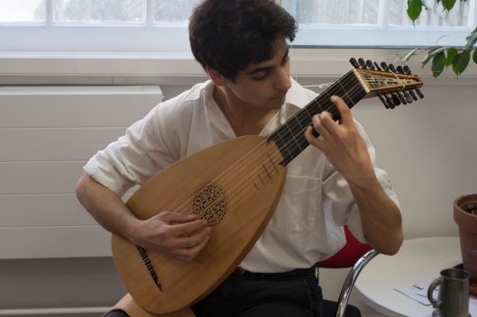 Lutenist Sam Brown in rehearsal. Photo credit: Niina Tamura